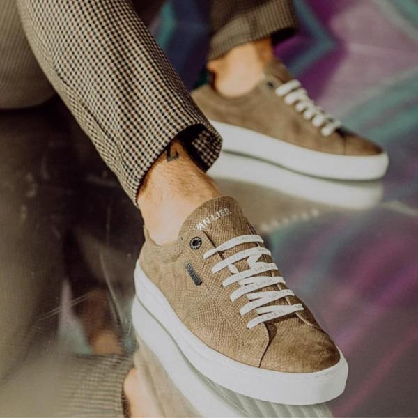 Man met beige voorjaars sneakers van Lier